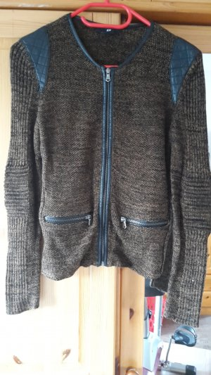Braune Strickjacke im Bikerstil