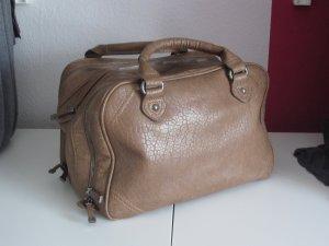 Braune Tasche mit drei separaten Fächern