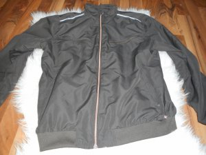 braune Trainingsjacke