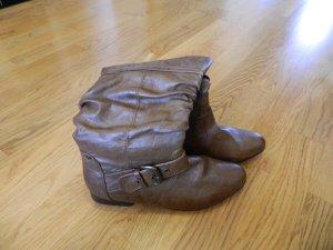 braune ungetragene Stiefel