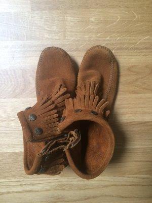 Braune Wildleder-Boots Minnetonka