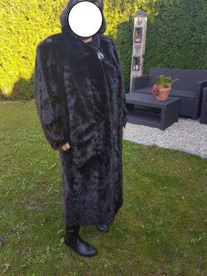Brauner eleganter Nerzmantel
