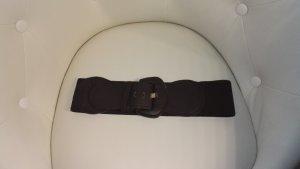 Brauner Ledergürtel mit großer Schnalle