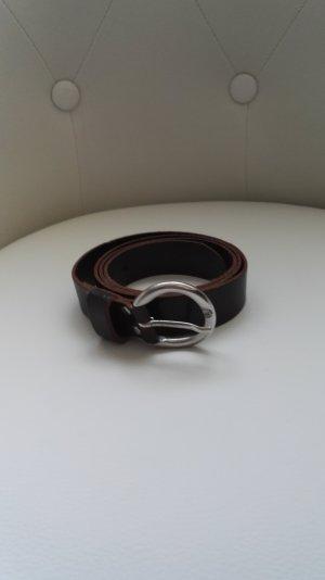 Brauner Ledergürtel mit silberner Schnalle