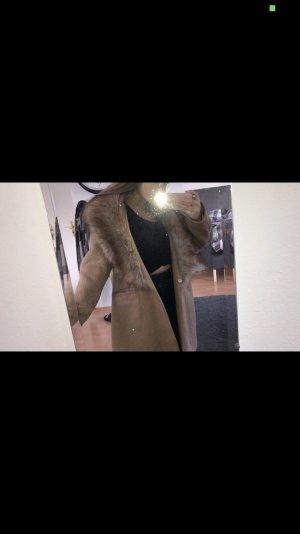 Brauner Mantel mit Kunstfellkragen