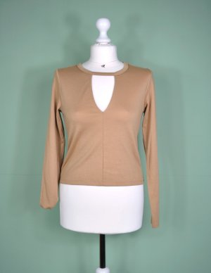 Brauner Pullover mit Ausschnitt am Dekoltée