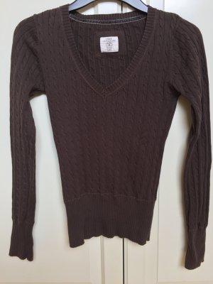 Brauner Pullover mit Zopfmuster