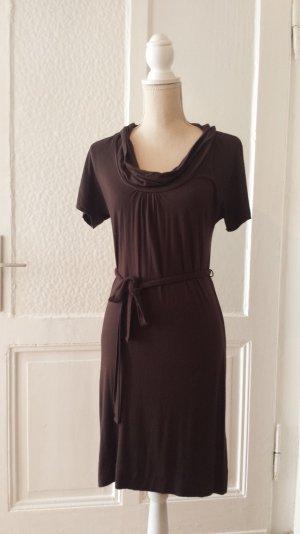 Braunes Jerseykleid mit Wasserfallkragen