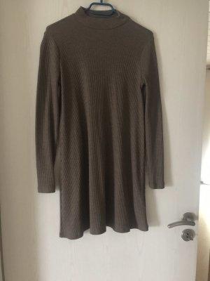 Braunes Kleid mit langen Ärmeln und Rollkragen