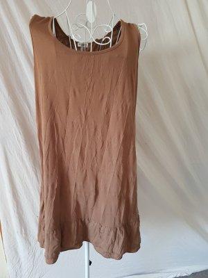 Braunes Kleid mit Spitze auf dem Rücken