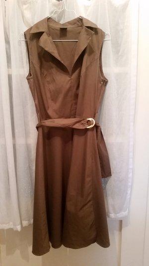 braunes toll geschnittenes sommerliches Kleid