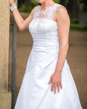 Brautkleid, A-Linie, reinweiß mit großer Spitze und Schleppe
