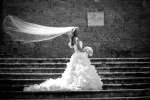 Brautkleid mit Organza-Rüschen, Glitzergürtel, Schnürung und Schleppe