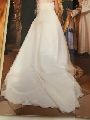 Brautkleid mit Schleppe und Stola von Kleemeier