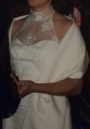 Brautkleid mit Spitze und Stola von Kleemeier