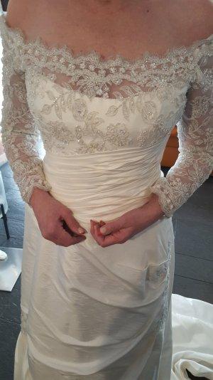 Brautkleid mit wunderschönen bestickten Armen