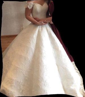 Brautkleid nur aus Spitze und mit Wellen Märchenbrautkleid
