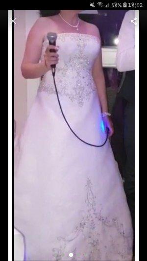 Brautkleid Prinzessin mit Reifenrock und Handschuhe