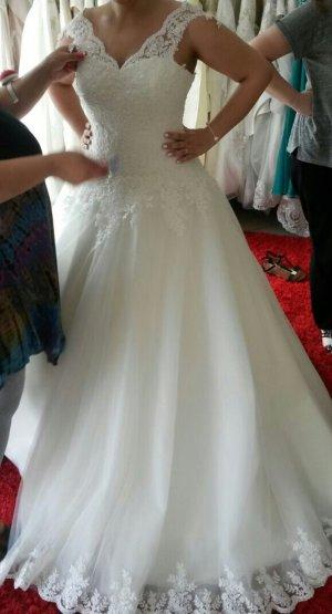 Brautkleid und Schleier mit Spitze