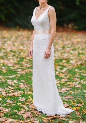 Brautkleid von 'Impressionen' elfenbeinfarben, mit beigem Satingürtel