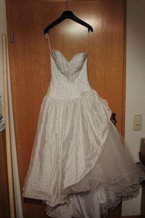 Brautkleid weiß mit Perlenbesatz