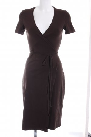 Brentwood & Bros. Vestido cruzado marrón oscuro look casual