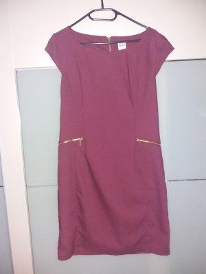 Brombeerfarbenes Kleid