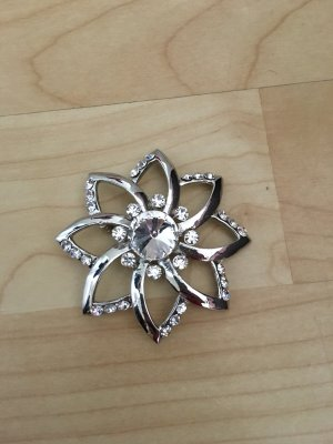 Broche color plata