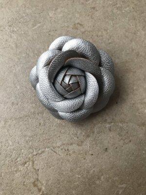 Broche color plata