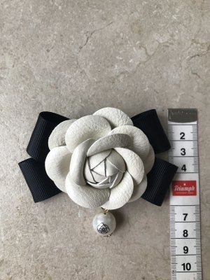 Brooch black-cream