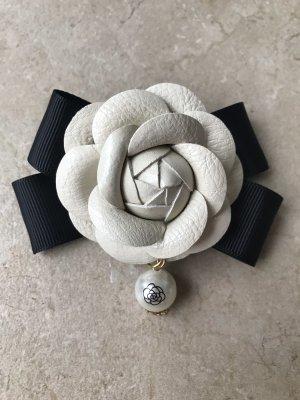 Brosche Anstecknadel Schleife im Chanel Stil Kamelie Blüte