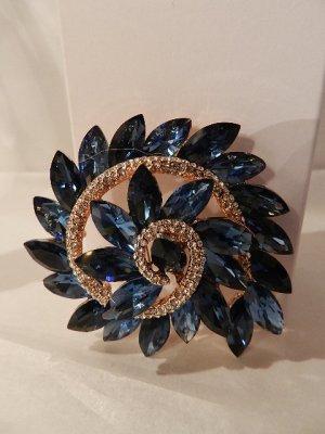 Brosche filigran und funkelnd,Blumenform mit 26 blauen Kristallen besetzt - NEU