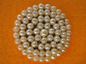 Brosche mit Perlen besetzt