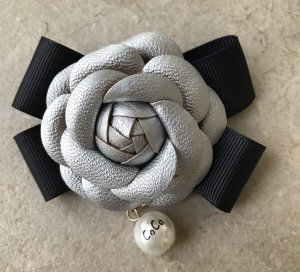 Brosche Schleife Blüte im Chanel Stil