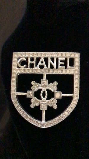 Chanel Broche color plata