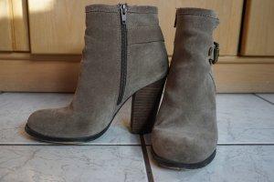 Buffalo Stiefel mit Absatz und Schnalle (Wildleder)