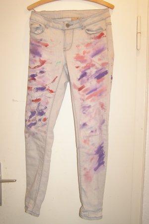 bunt bemalte graue Jeans