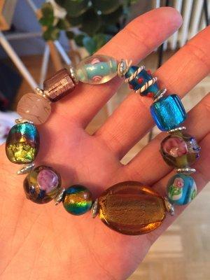 Buntes Armband aus Glasperlen