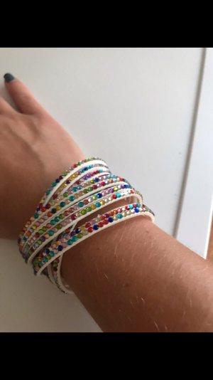 Buntes Armband mit Steinchen