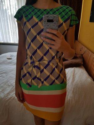 Buntes gemustertes gerade geschnittenes Kleid
