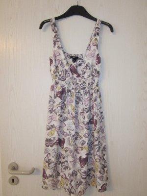 Buntes Kleid mit aufgedruckten Schmetterlingen