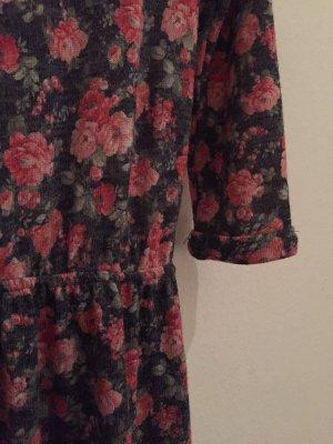 Buntes Kleid mit Blümchen
