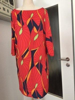 Buntes seidiges Kleid