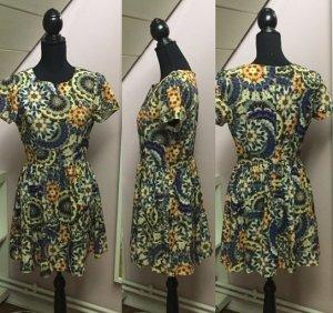 Buntgemustertes kurzes Kleid
