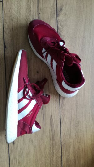 burgunderrote Adidas Sneaker