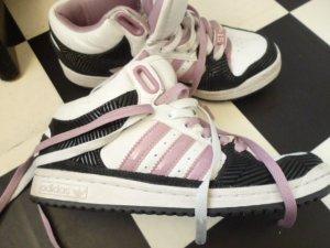 Gr. 37/37.5 Adidas Sneaker weiss lila, halbhoch (eigentlich Gr. 38 passen aber nicht auch wenn die Innensohle 24.5cm misst) Sie sind in sehr gutem Zustand, auch die Sohle ist noch sehr gut im Schuss!!! Ein Schuh hat vorne einen feinen Kratzer (man könnte