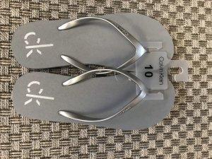 Calvin Klein Sandalo toe-post grigio-argento