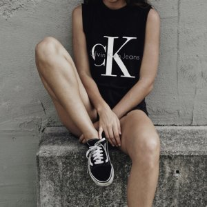 Calvin Klein Jeans Cropped Shirt schwarz Schriftzug gedruckt sportlicher Stil
