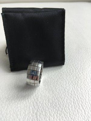 Calvin Klein Anillo de cuentas color plata acero inoxidable
