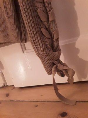 camelfarbener Strickpullover mit Details an den Ärmeln
